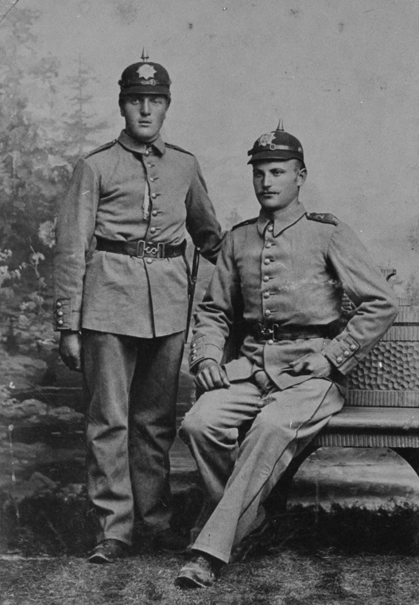 Portrett av militære offiserar, ca. 1910. Tørris T. Heggen til venstre.