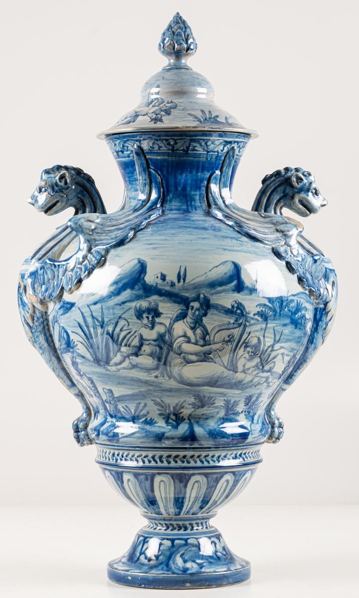Urna, fajans med gripar, dekor i blått. Märkt med en tupp och 22. Florens.