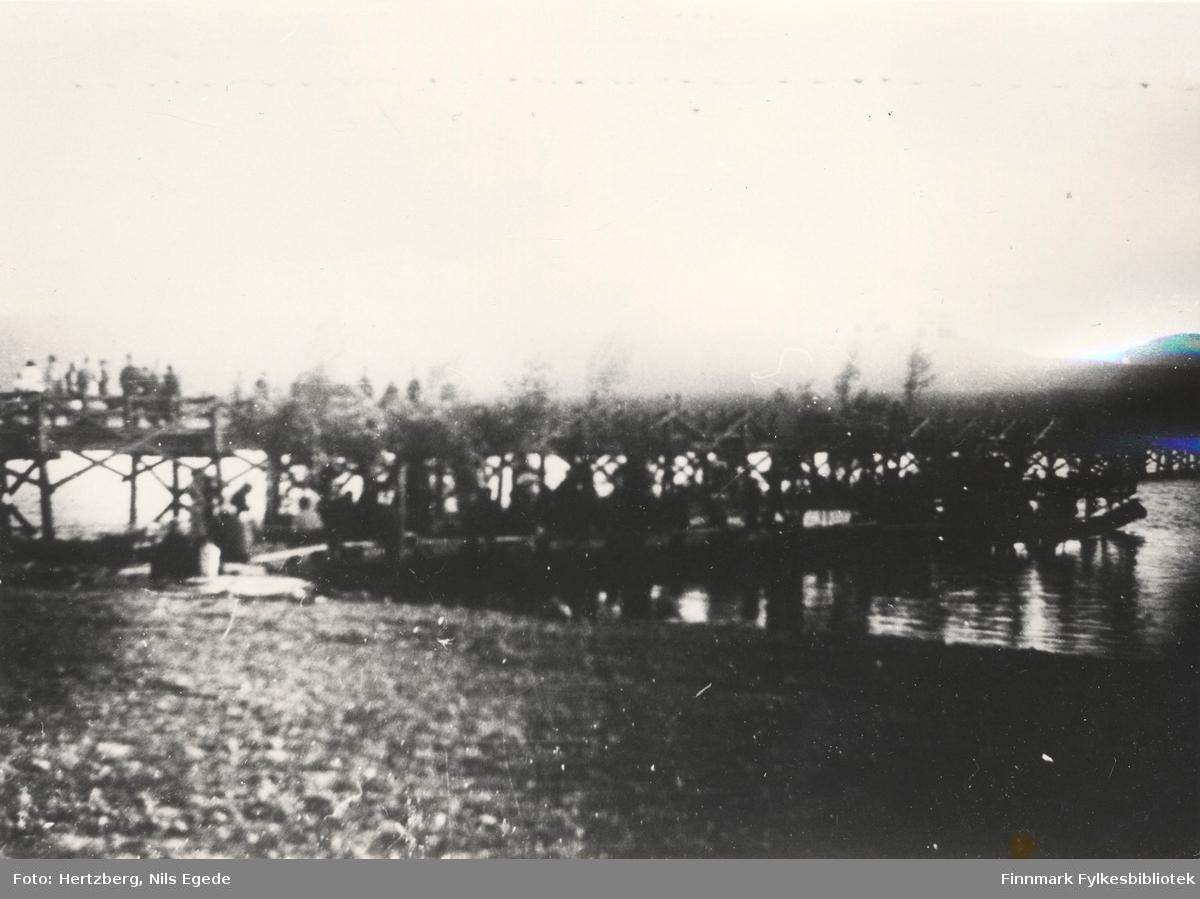 Fest på gamle bilferga ved Tanaelva i Seida, 1939. Uskarpt bilde!