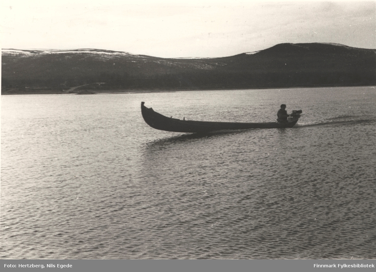 Elvebåter ble brukt til å ferge folk som skulle over Tanaelva. Fergemannen kjører tilbake over elva, 1946.