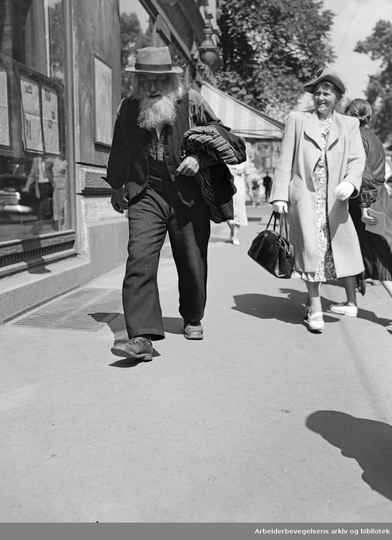 Mons Målsen Stalheim. Akersgata i Oslo. Juli 1950.