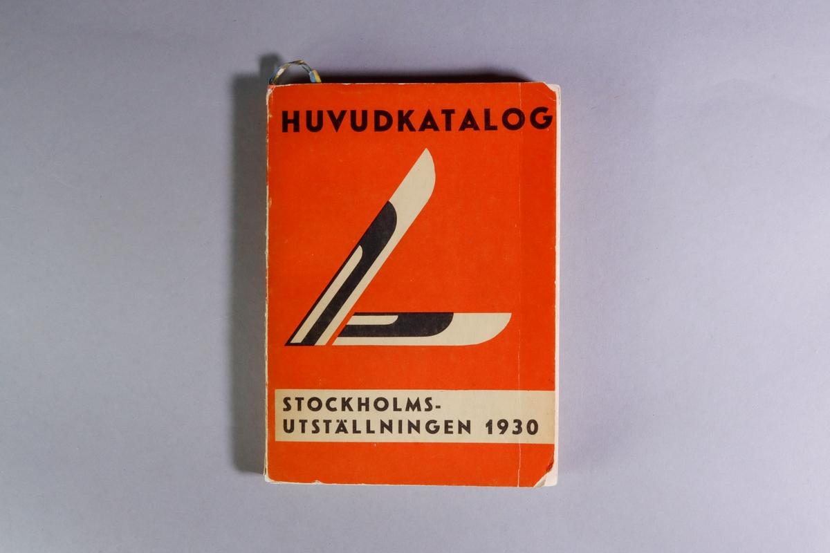 """Utställningskatalog för Stockholmsutställningen 1930, huvudkatalog. Titel: """"Stockholmsutställningen 1930 av konstindustri, konsthantverk och hemslöjd, maj-september : officiell huvudkatalog"""". Limhäftad katalog i enkelt pappband. 278 sidor med utvikbar karta över utställningsområdet. I ett inbundet blågult pappersband hänger ett bokmärke med reklam för falu rödfärg och trätjära från Stora Kopparbergslags aktiebolag Falun. Tryckt hos Almqvist & Wiksells Boktryckeri-A-B. Uppsala 1930."""