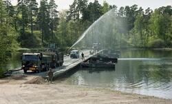 Däcksbro 200.  Bogserbåt 3, Volvo flaklastbil med släppfordo