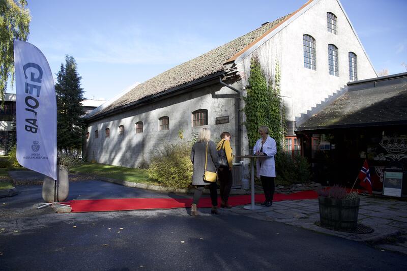 En varm velkomst av Anne-Trine Nørsterud, med rød løper og flagg. (Foto/Photo)