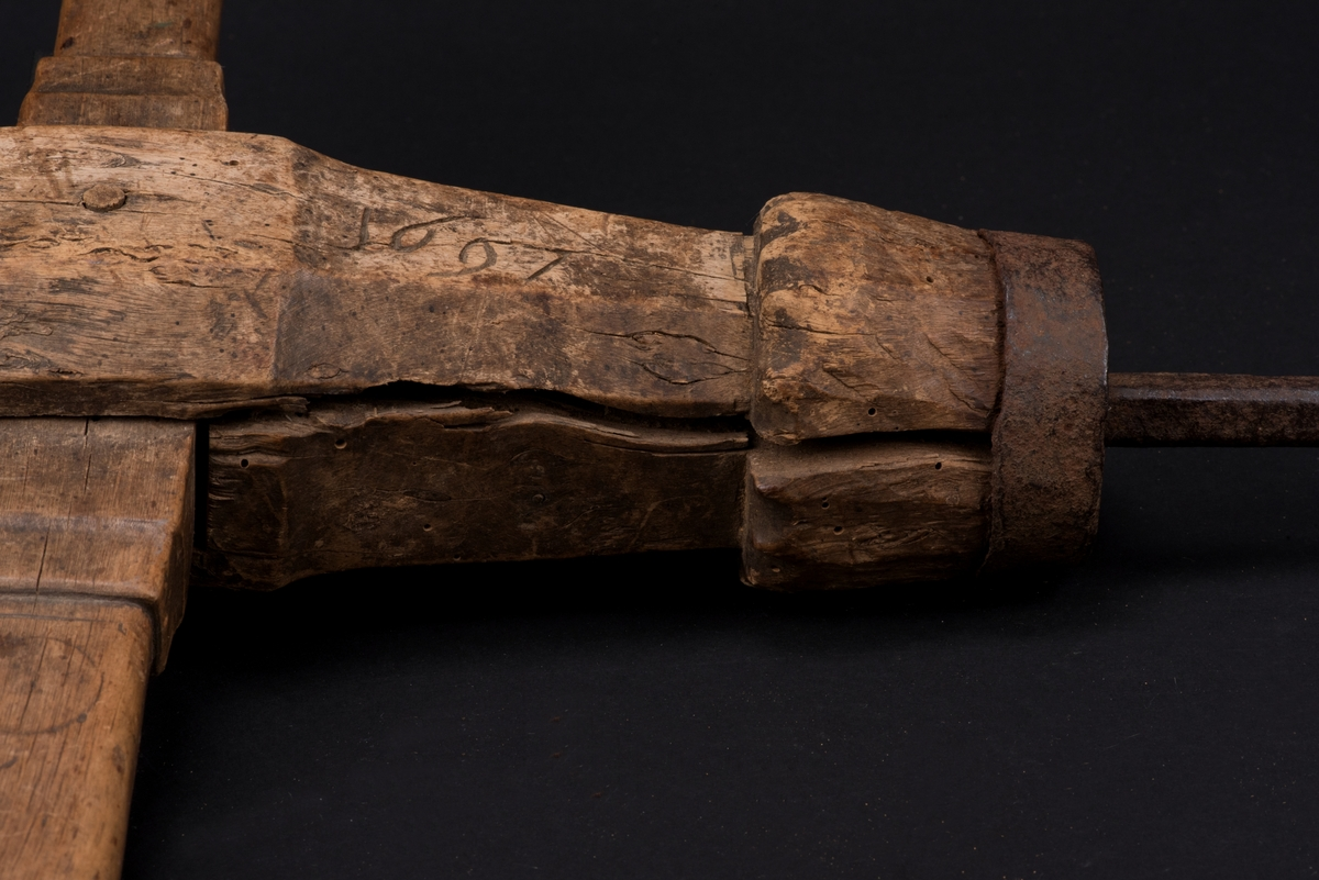 Navare av trä med borr av järn. Borren har en rektangulär bröstknapp, och en kropp med sexkantigt tvärsnitt. Det tvärgående handtaget har ett rektangulärt tvärsnitt. I navaren sitter en skedborr.