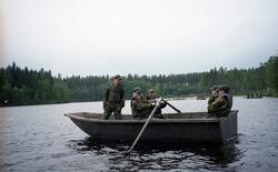 Praktikanter ror på båt under övning. Ing 2.