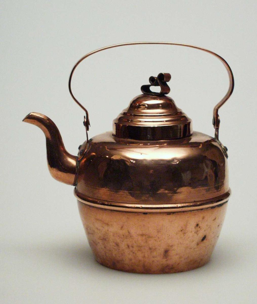Kaffekjele i kobber med lokk. Den er beregnet til bruk på ovn. Pånittet hank. Lokket har riller og sløyfearrangement. Kjelen er fabrikkprodusert. Den er presset ut av tynne plater, ikke hamret slik kobberslagerne gjorde det.