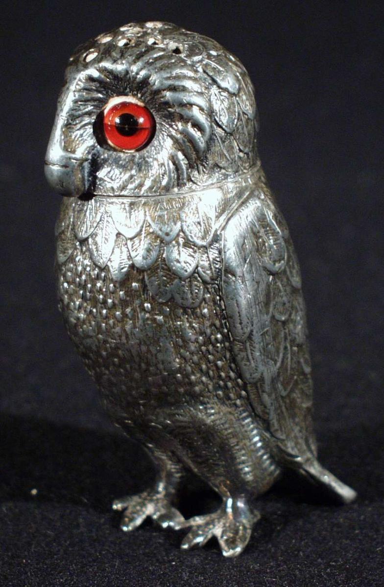 Kanelbøssen er formet som en ugle med røde øyne.