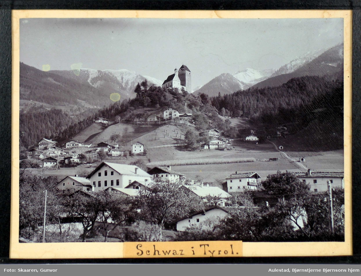 Landsby med fjell i bakgrunnen.