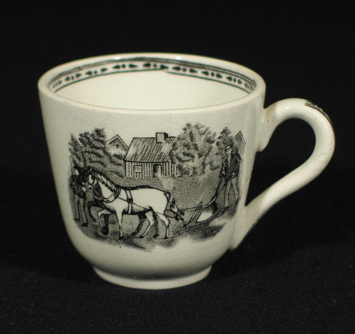 Hvit kopp med svart bord innvendig og på hanken. To forskjellige motiv på sidene.