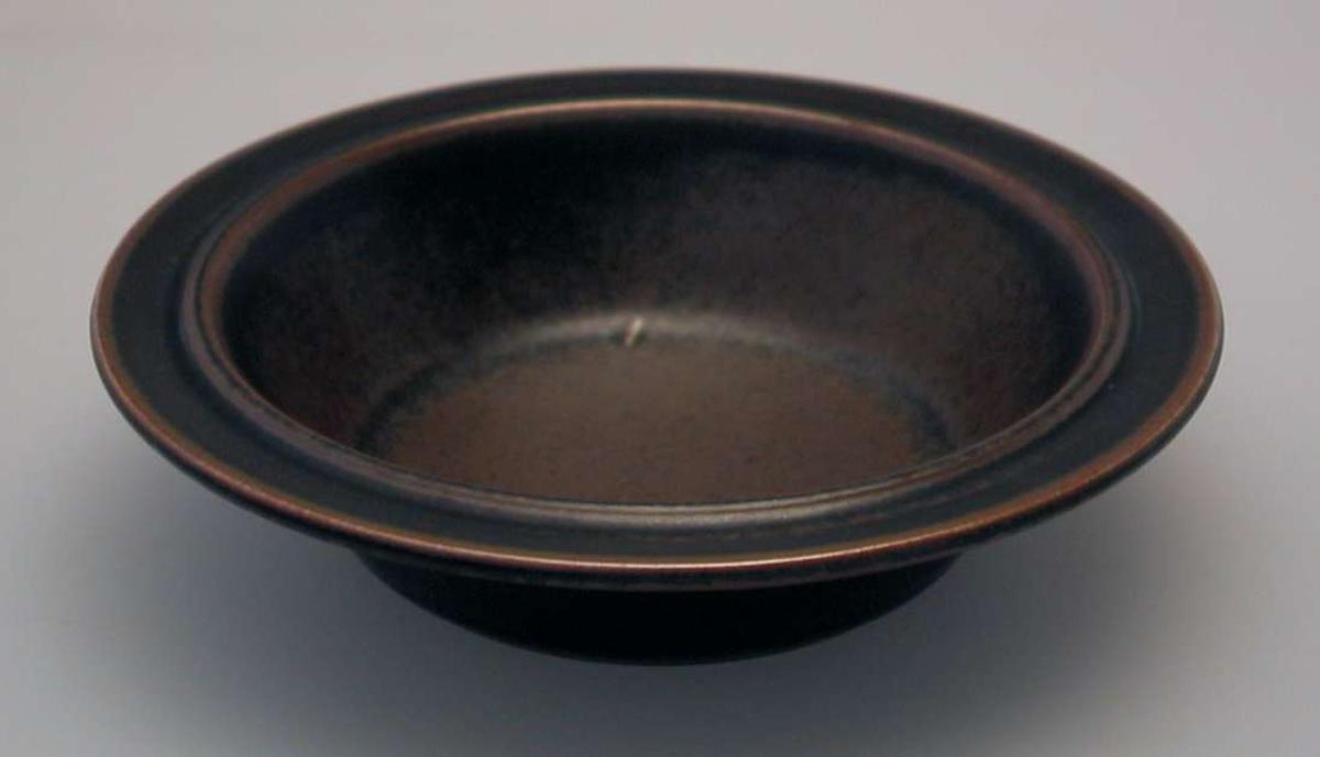 Åtte brune dype tallerkener i steingods.