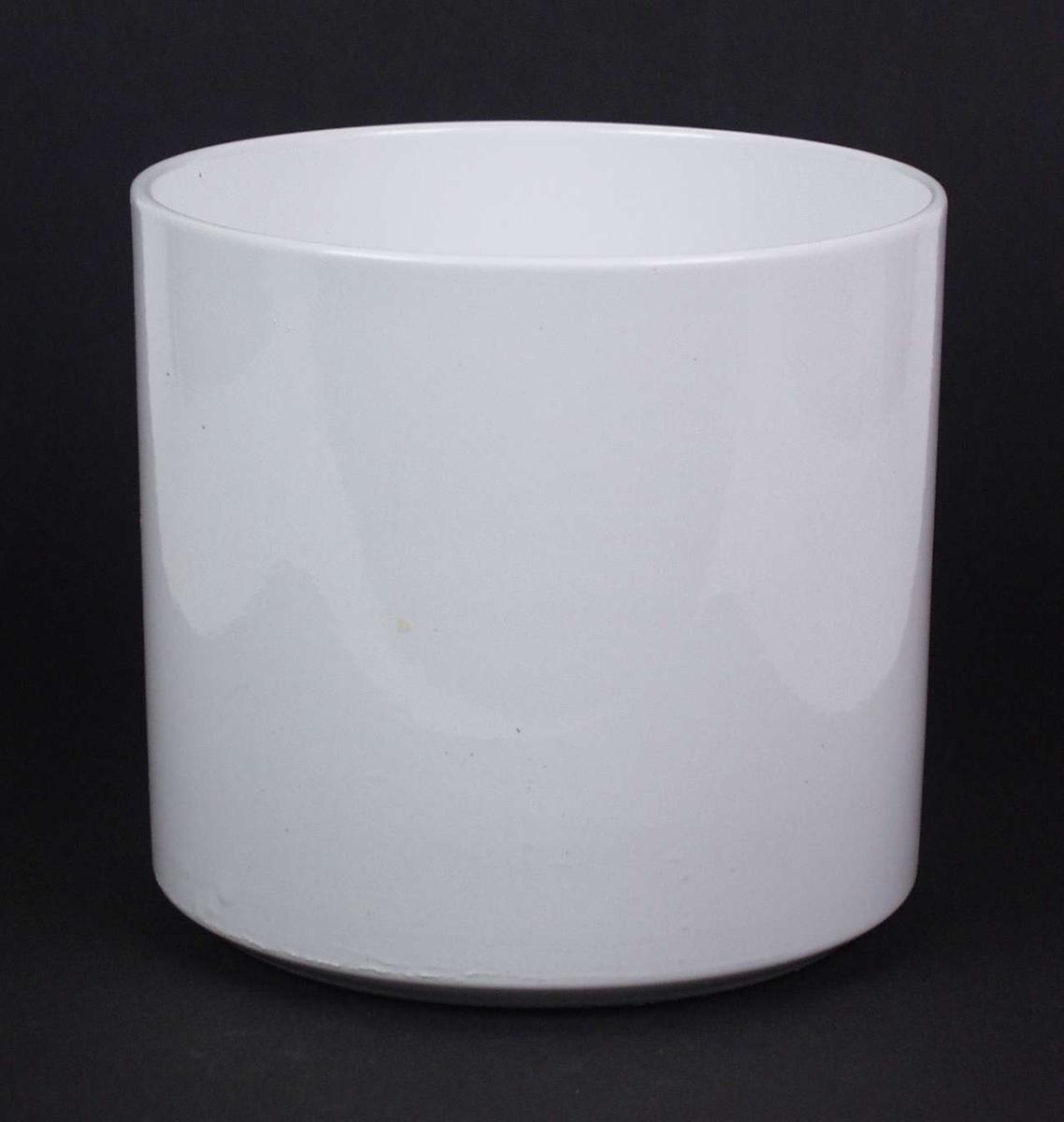 Hvitglasert potteskjuler i flintgods. Potteskjuleren er sylinderformet.
