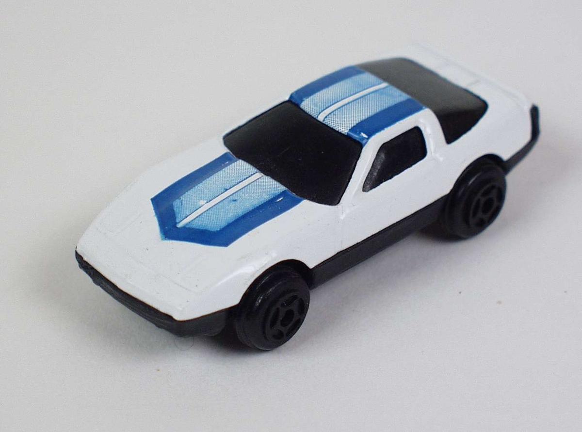 Hvit sportsbil i hard plast og metall.
