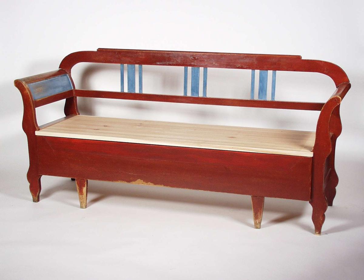 Slagbenk som er malt rød og blå. Benken er i heltre furu. Setet er ikke originalt, det ser ut til å være en gammel skapdør. Setet er trukket med husflidstoff.