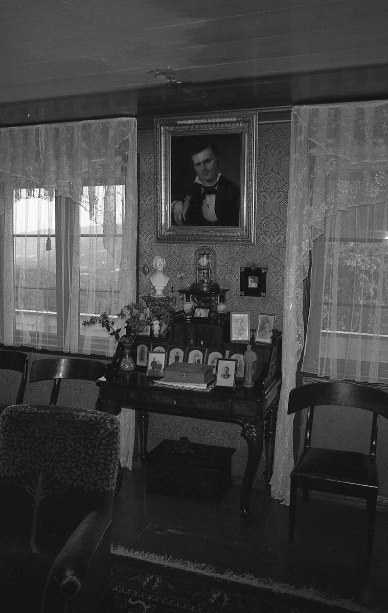 DOK:1972-1975, Aulestad, interiør, stue, malerier, stol, bord, gardiner,