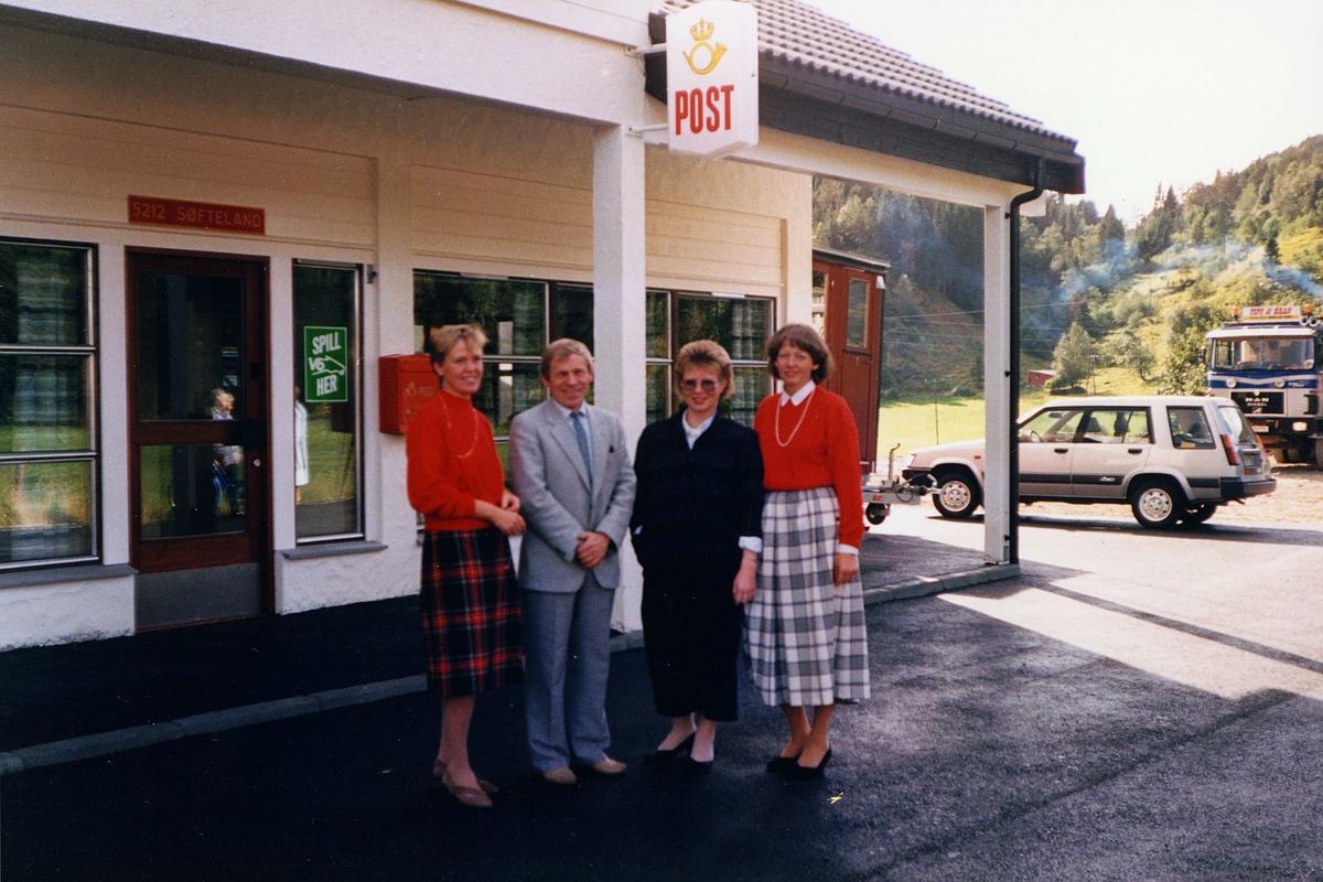 eksteriør, postkontor, 5212 Søfteland, tre kvinner, en mann, stedsskilt