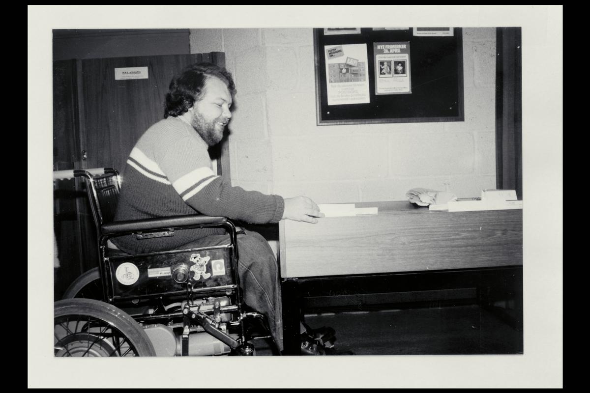 interiør, postkontor, Jan Gudmundsen, nedsenket skrivepult tilpasset handikapede i rullestol