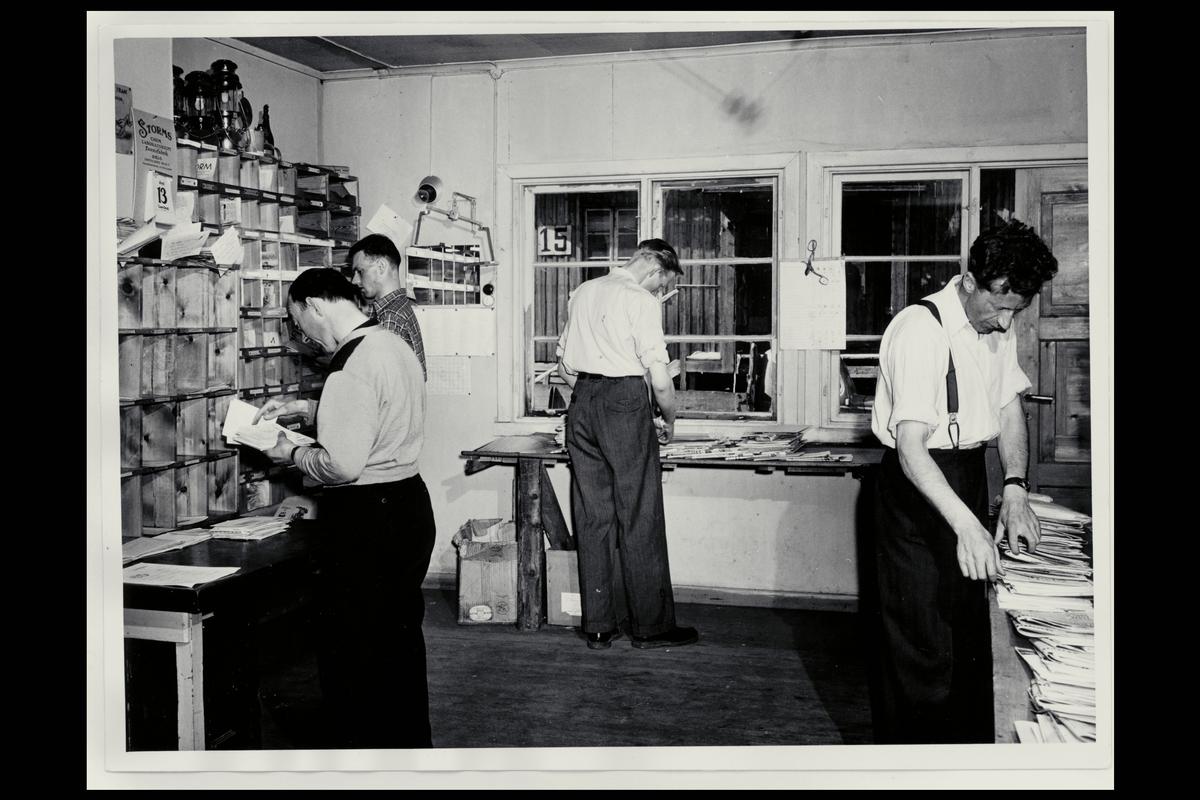 interiør, postkontor, Hammerfest, budavdelingen, sortering, fire menn