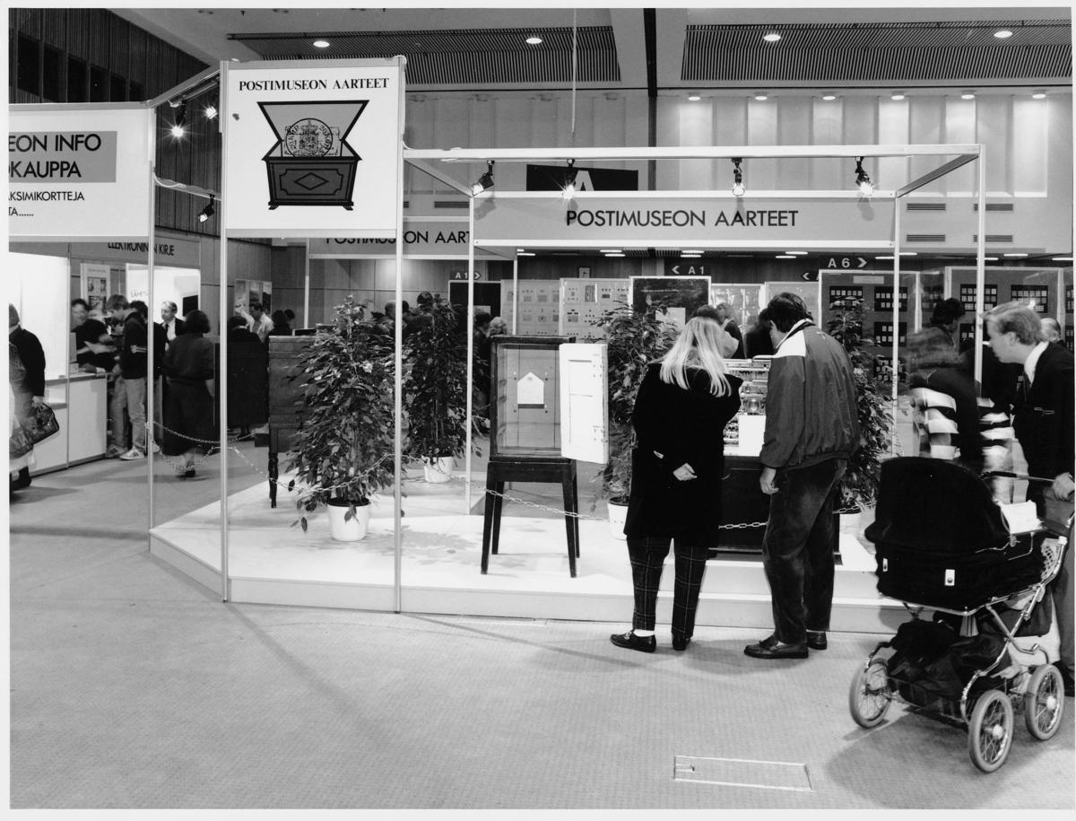 utstilling, frimerker, frimerkeutstilling. Finland, 1.-3.11-1991, frimerkerammer, besøkende ser på eksponater, barnevogn, plakater med tekst: Postimuseon Aarteet