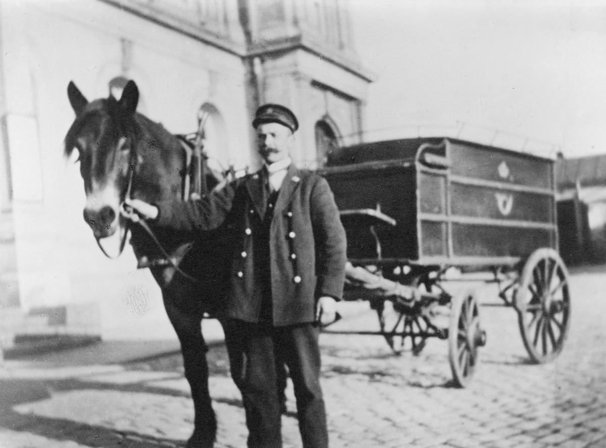 transport, hest, vogn med fire hjul, postkjører i uniform holder hesten, postemblem, Oslo