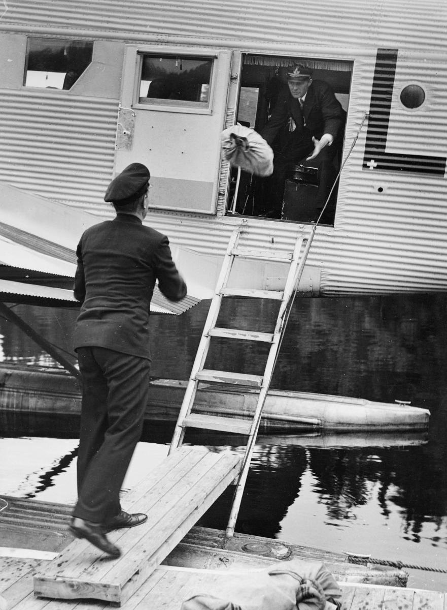 transport, fly, eksteriør, sjøfly, på vann, to menn, postsekk