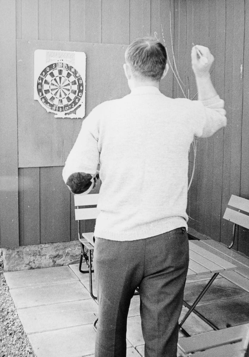 postskolen, Granavolden, 1972, eksteriør, 1 mann, dartspill