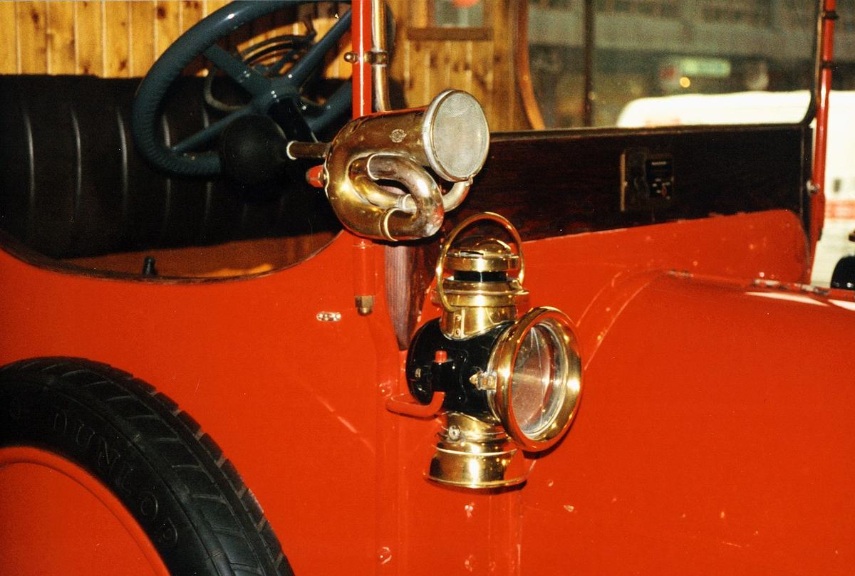 Postmuseet, utstilling, horn og lykt i messing på Fiat lastebilen