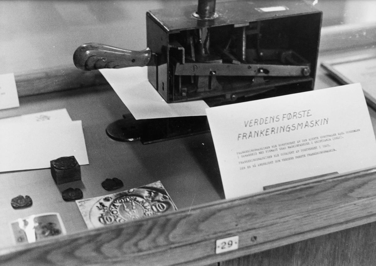 postmuseet, gjenstander, frankeringsmaskin, konstruert av Karl Uchermann, frankeringsmaskinen er avbildet i monter