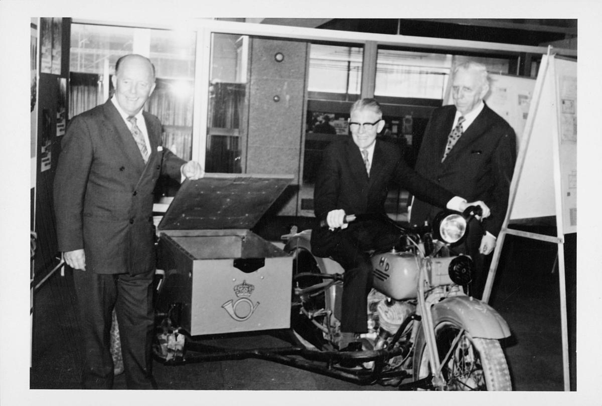 markedsseksjonen, Oslo postgård 50 år, utstilling, 3 menn, motorsykkel, filateli
