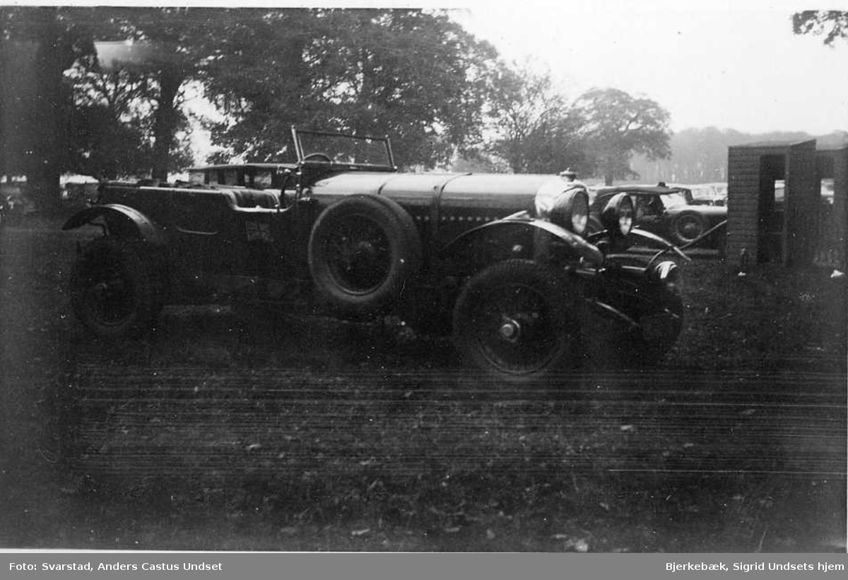 Bil, nærmest er trolig en Bently, årsmodell ca. 1930.