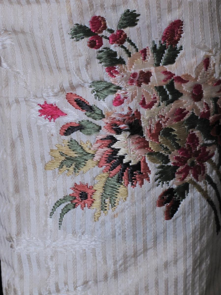 Små blomster og blomsterranker/ strøbuketter.