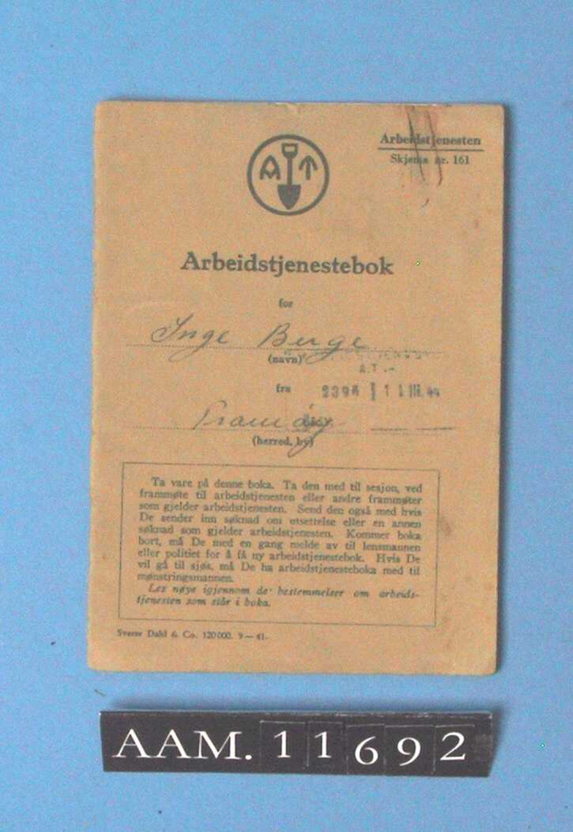 Arbeidstjenestebok fra 2. verdenskrig.  Grønt omslag. Tilstand: permen løs.