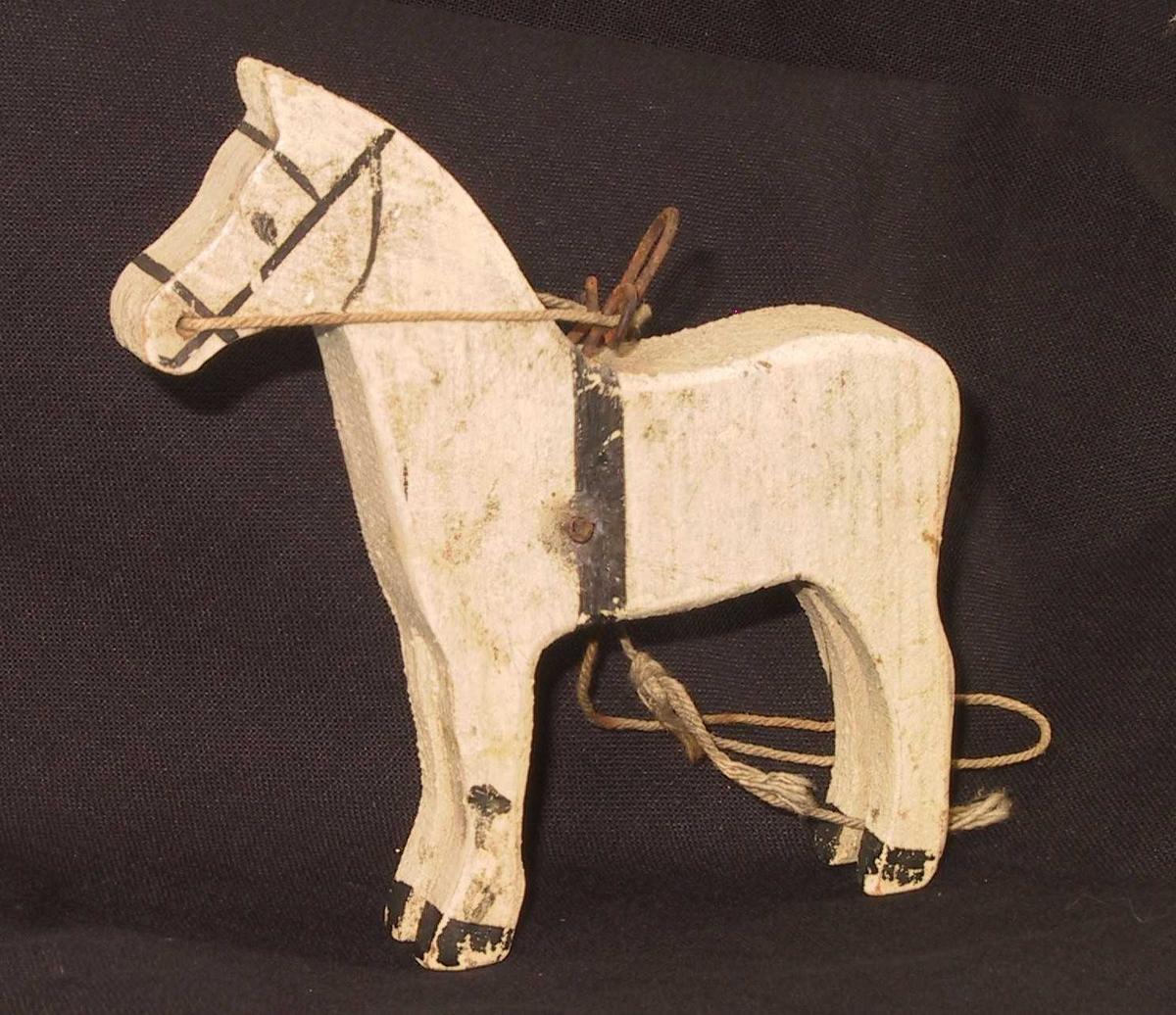 "Form: Stående hest, flat figur"""