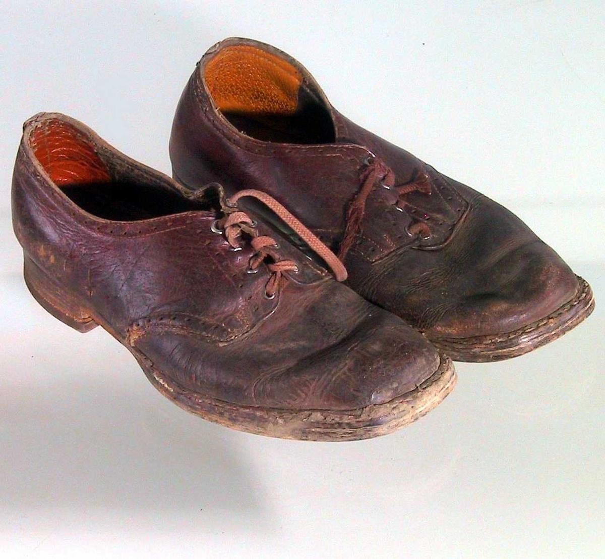 Form: Lav sko med snøring midt foran gjennom fire par hull.