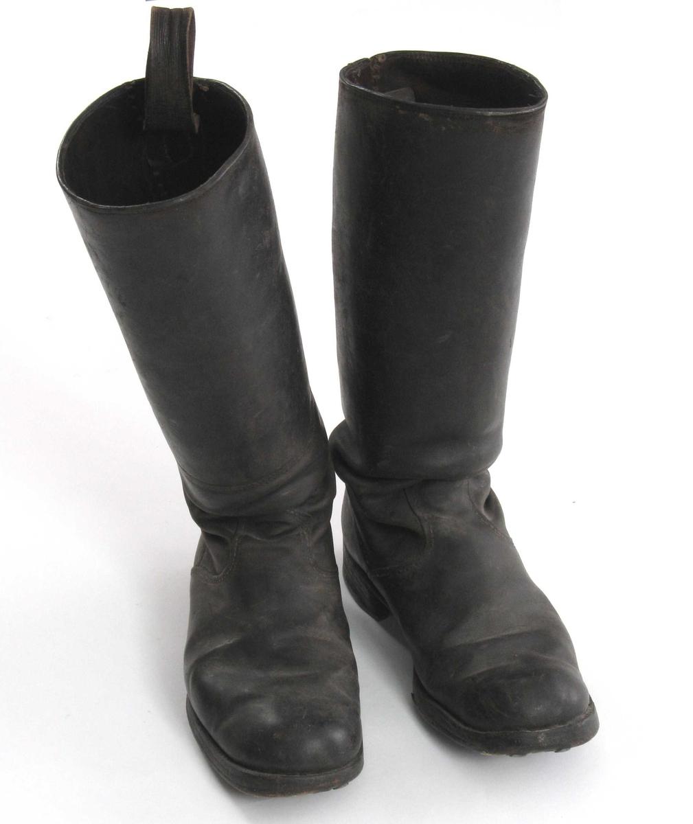 Lærstøvler med høyt skaft. Beslag av jern under hælen.