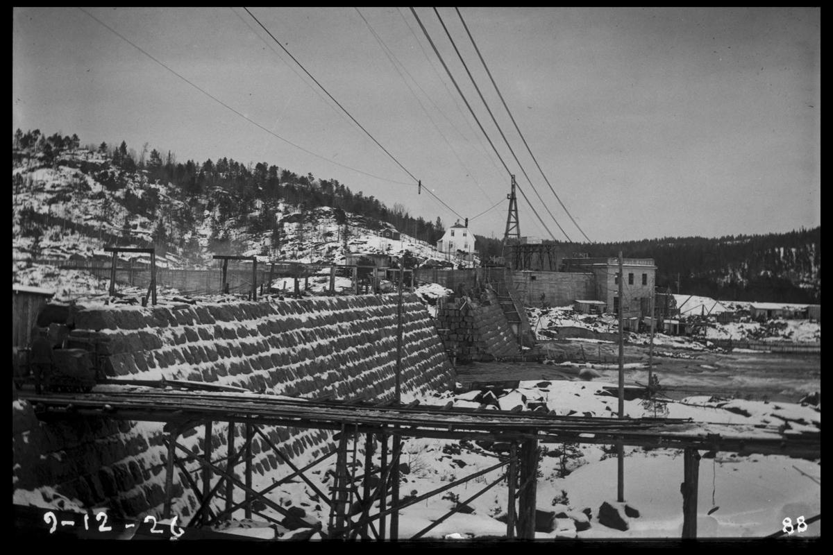 Arendal Fossekompani i begynnelsen av 1900-tallet CD merket 0468, Bilde: 40 Sted: Flaten Beskrivelse: Tatt fra Olsbusida langs ferdig damdel med kraftstasjon i forgrunnen