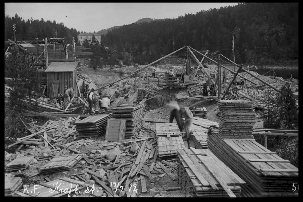 Arendal Fossekompani i begynnelsen av 1900-tallet CD merket 0469, Bilde: 51 Sted: Bøylefoss Beskrivelse: Tomt med byggekraner. (konge - dronning)