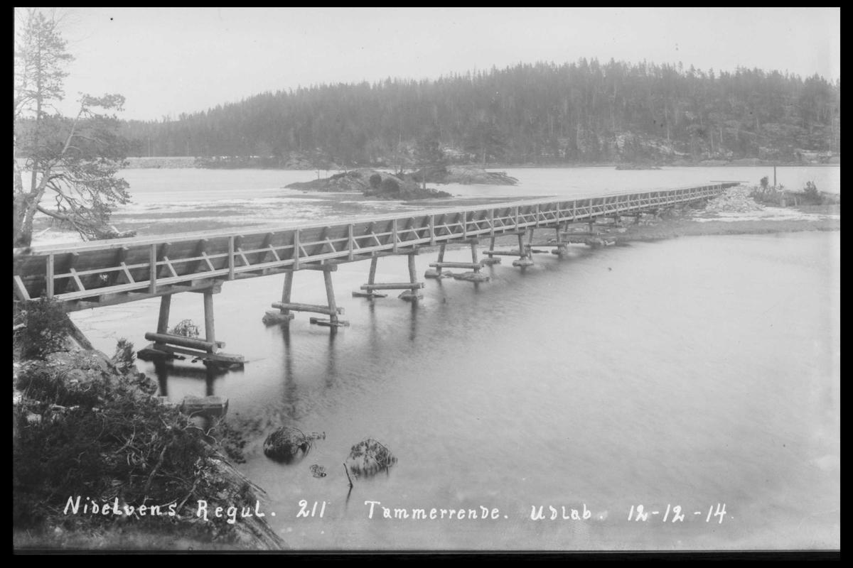 Arendal Fossekompani i begynnelsen av 1900-tallet CD merket 0474, Bilde: 17 Sted: Flaten Beskrivelse: Tømmerrenne. Utløp i Kilandsfjorden