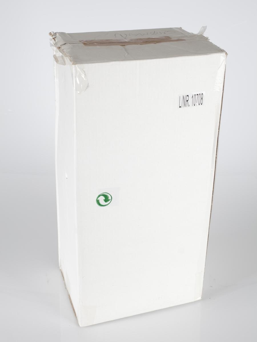 Hvitt pappeske med påklistret nummer  L/NR. 10708