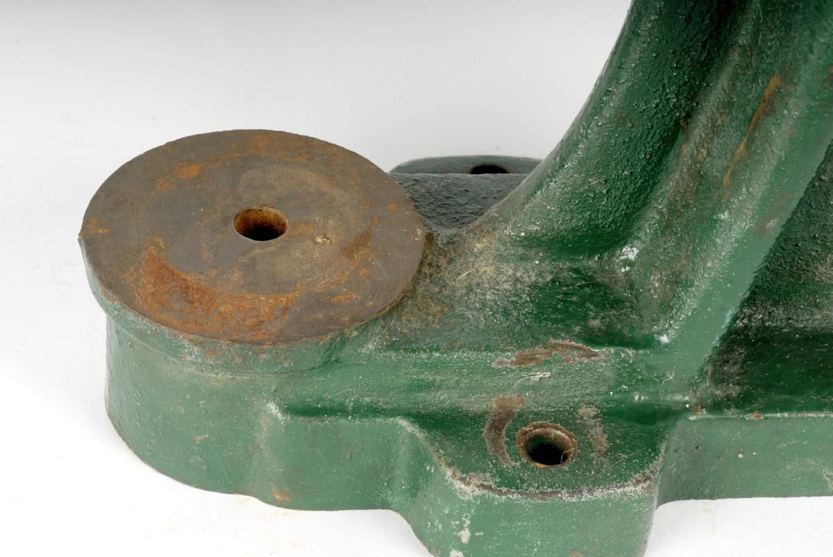 Brukes sammen med passende stanser til å presse fast maljer i hull. Den kan også brukes sammen med hullpiper til å stanse hull.