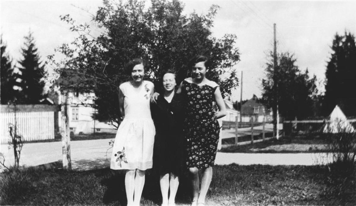 3 unge kvinner i en hage