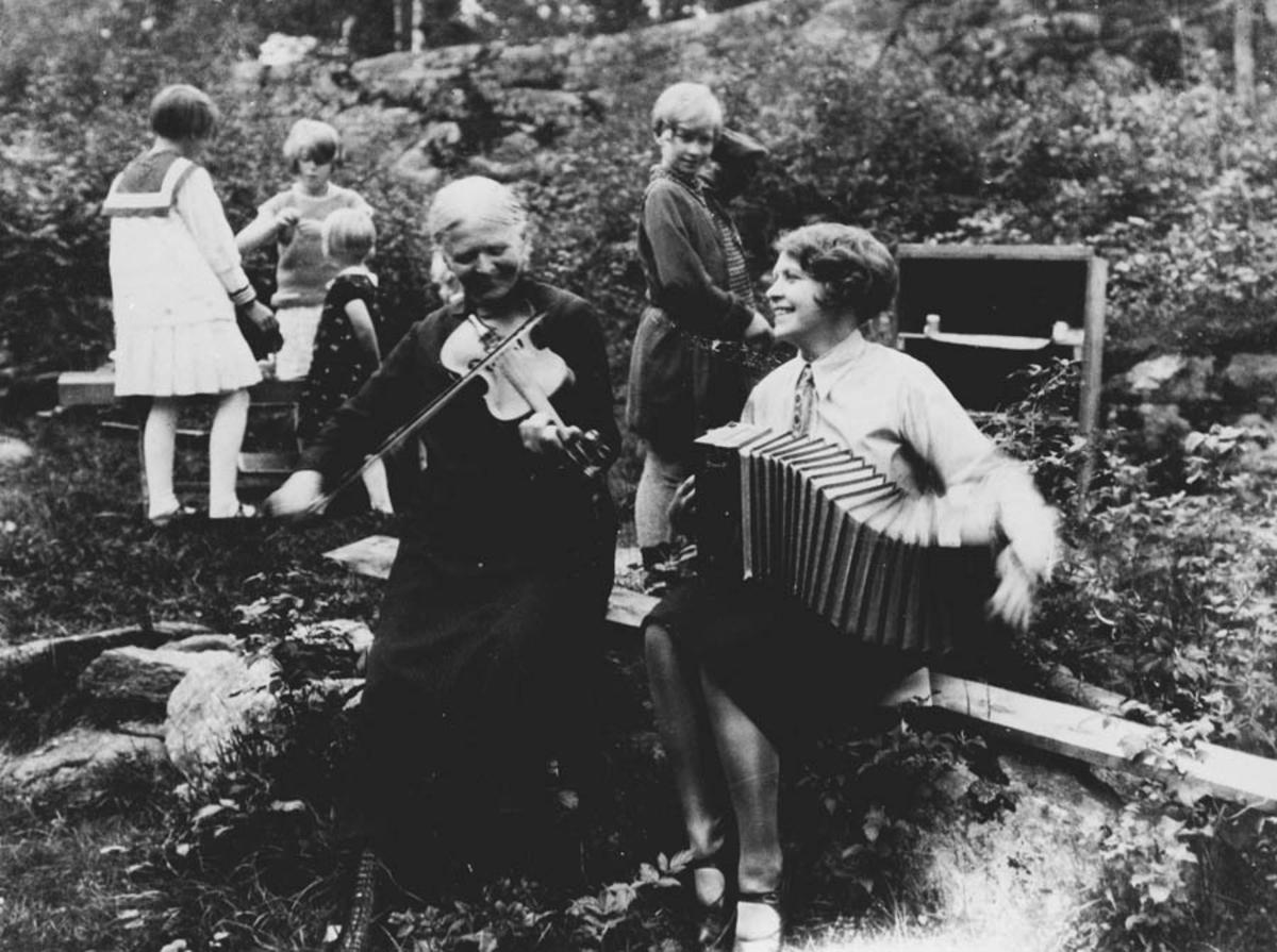 Fiolin: Inger Johanne Bjørnstad, Trekkspill: Tedda Lien.