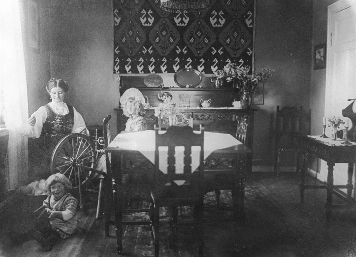 Lina Gjelsvik sitter og spinner i stua