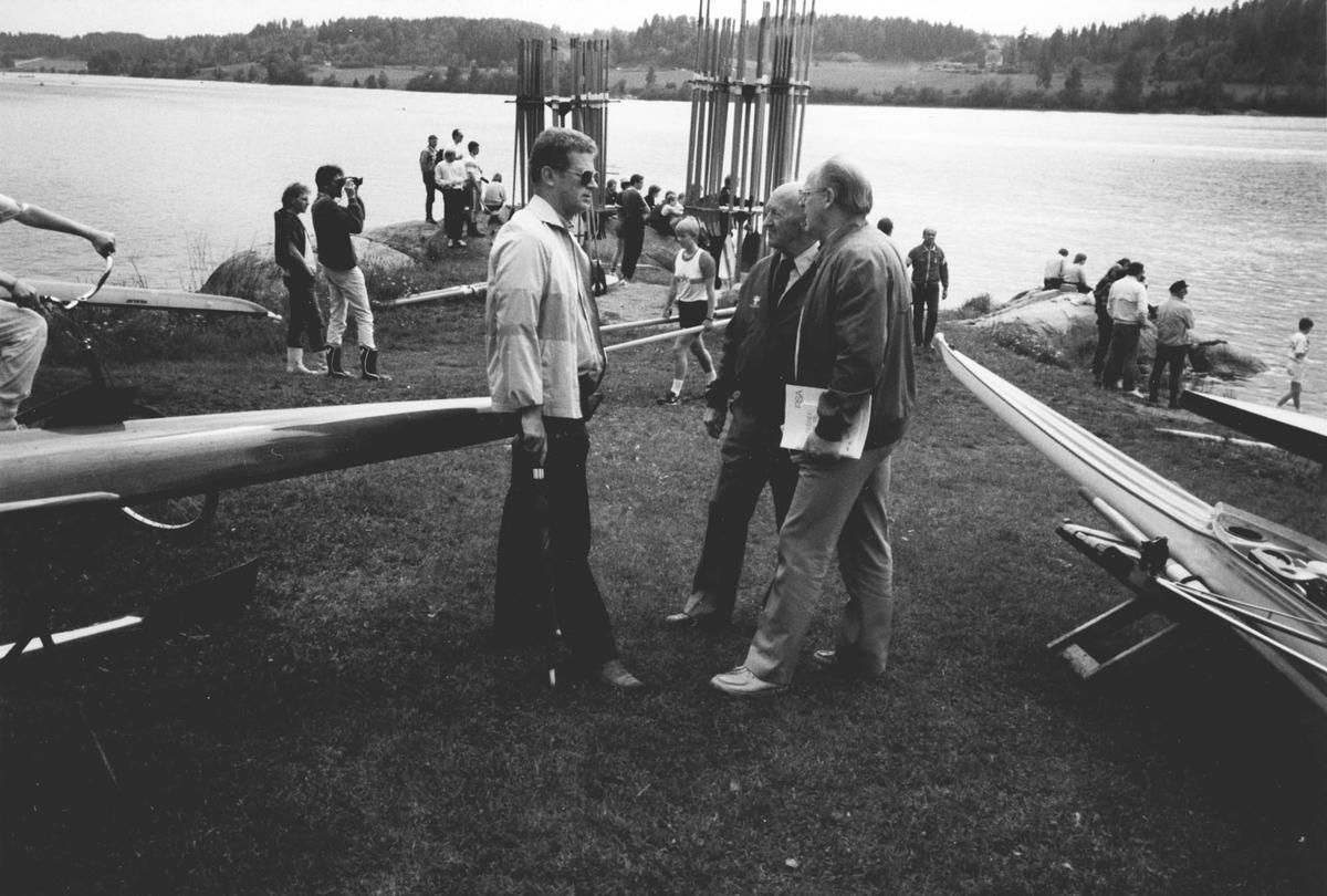 Nordisk mesterskap i roing. Bildet er tatt foran huset, og vi ser ned på den gamle stranda. Fra v. Bjørn Leivestad, Georg Guttormsen og ordfører Kringlebotn.