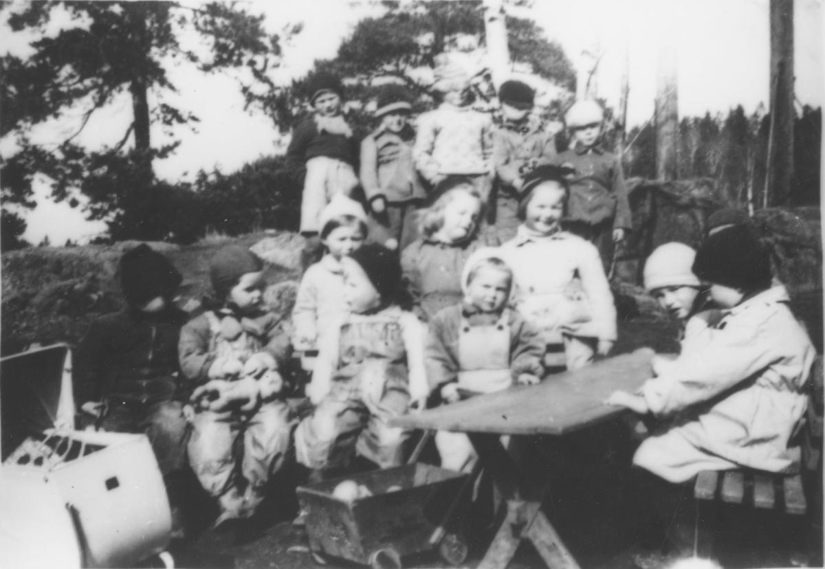 Barn i Kollen barnepark.