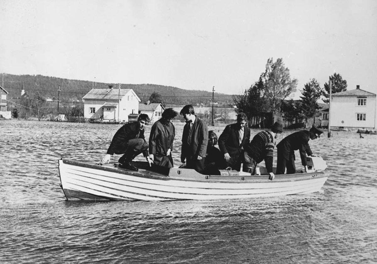 Folk kjøres ut på jobb under flomen i 1966.