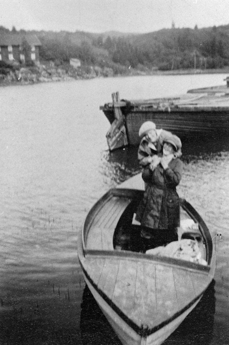Andersen og Bergs åpne motorsnekke. Astrid Andersen og Svanhild Kalin.