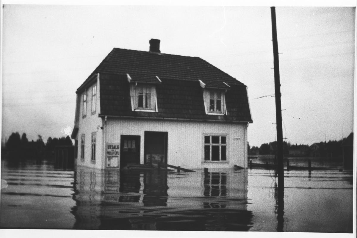 Hus i Lillestrøm omgitt av vann.