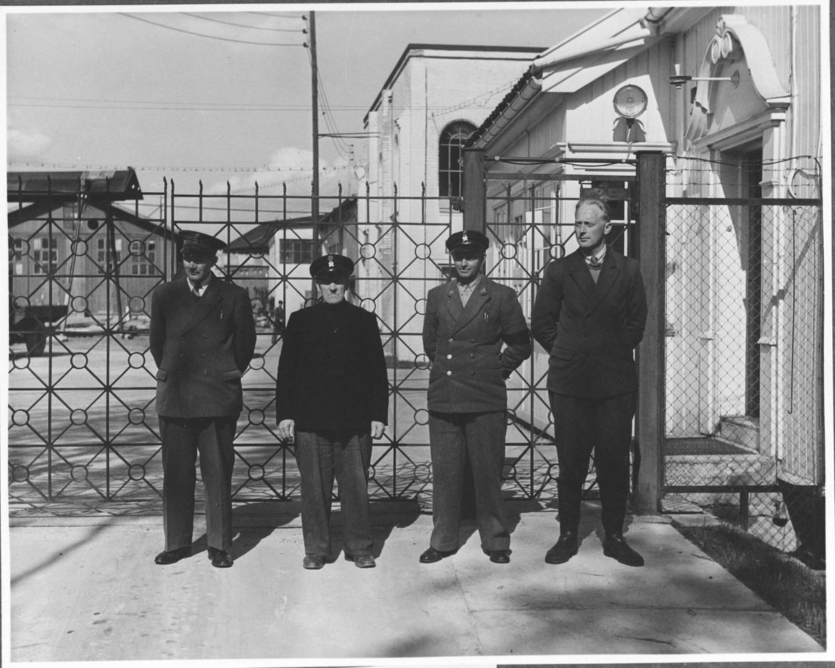 Gruppebilde av arbeidere fra Strømmens Værksted