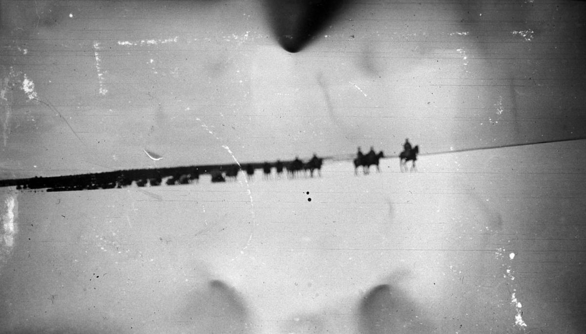 Militær vinterøvelse, rekke med ryttere